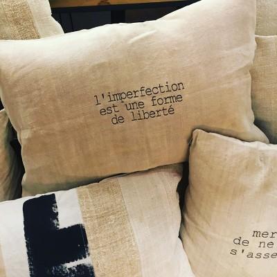 """Coussin texte """"L'imperfection est une forme de liberté"""""""